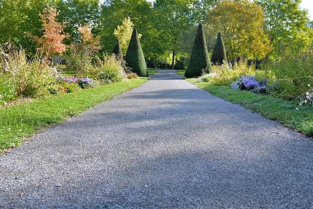 Dichtbij een voetpad in grind door een prachtig aangelegd openbaar park