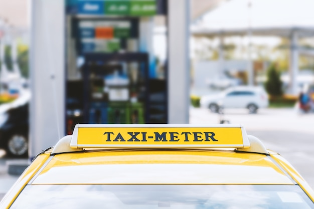 Dichtbij taxiauto met soft-focus en over licht op de achtergrond