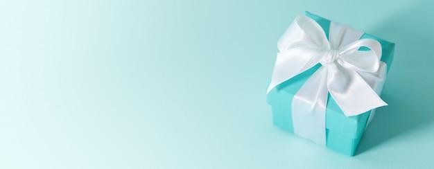 Dichte mening van doos die met zijdelint wordt gebonden