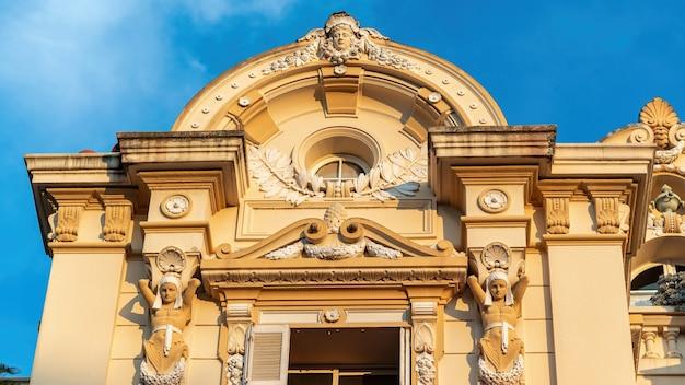 Dichte mening van een gevel van een oud klassiek gebouw in frankrijk