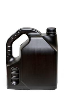 Dichte mening van een zwarte plastic container autoolie die op een witte achtergrond wordt geïsoleerd.