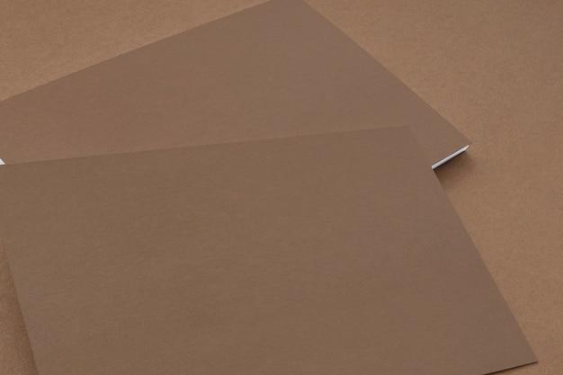 Dichte mening van kartondocument adreskaartjes op kartonachtergrond