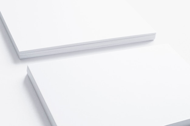 Dichte mening van leeg adreskaartje dat op wit wordt geïsoleerd