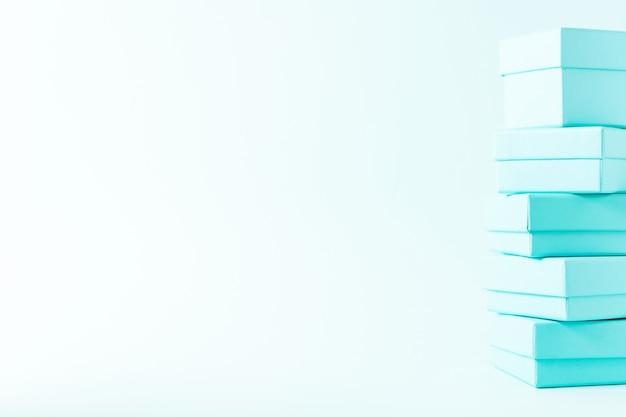 Dichte mening van stapel dozen op de pastelkleurachtergrond van de tiffany blauwe kleur