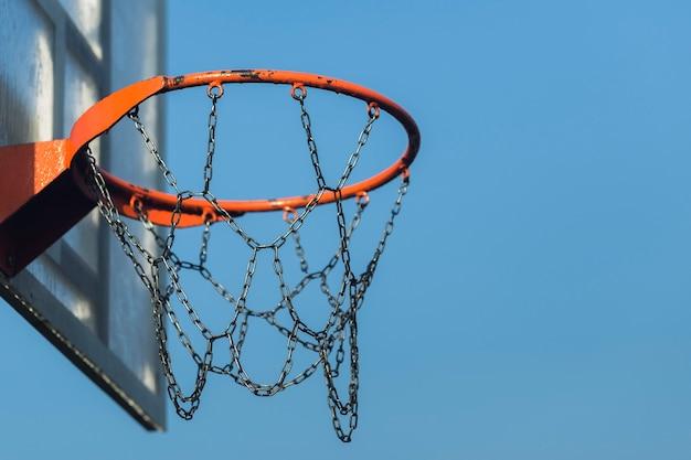 Dichte omhooggaand van de basketbal metaalhoepel