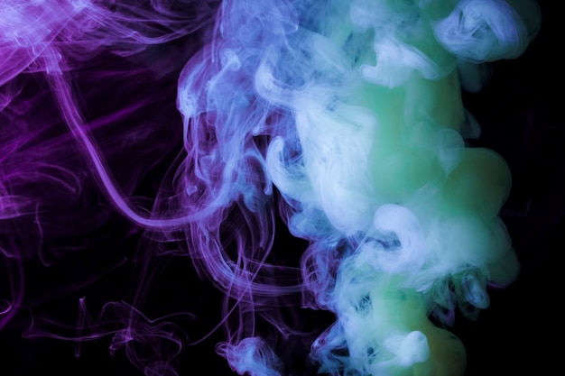 Dichte rookfragmenten op een zwarte achtergrond