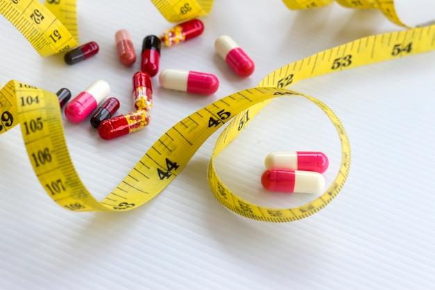 Dieet concept; afvallen met pillen, gevaarlijk voor de gezondheid