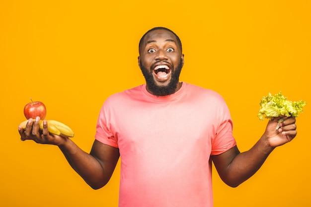 Dieet concept. gezonde afro-amerikaanse zwarte man met vruchten.