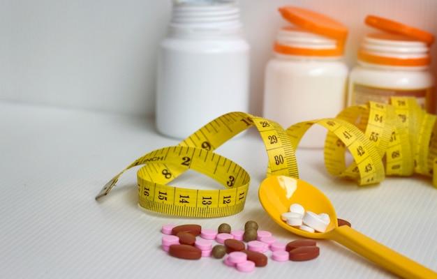 Dieet concept; slank met pillen, gevaarlijk voor de gezondheid