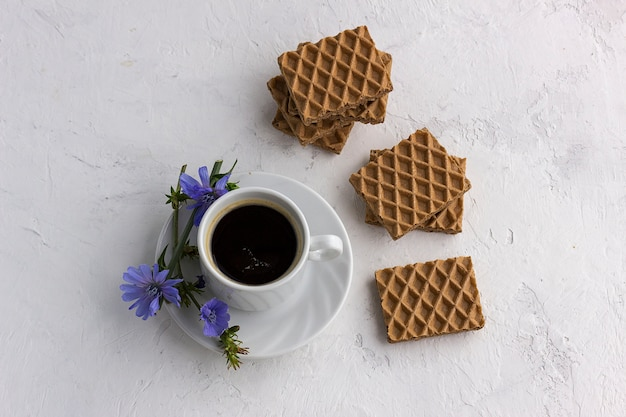 Dieet drinken cichorei in een kopje, koffiesurrogaat