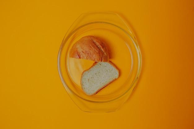 Dieet en gewichtsverlies thema. brood op de glazen plaat.