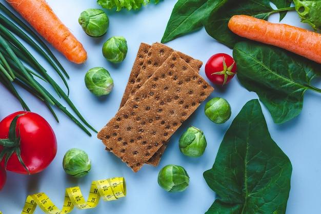 Dieet en voedingsconcept. rijpe verse groenten voor het bereiden van gezonde gerechten. schoon uitgebalanceerd vezelvoedsel. fitness eten en afvallen. eet juist
