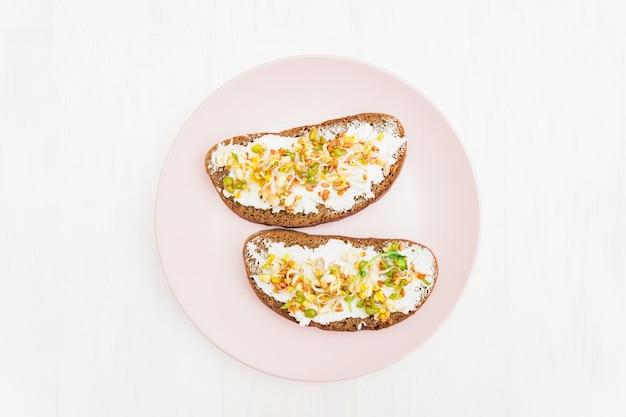 Dieet fitness toast met roomkaas en gekiemde bonen, walnoot, zonnebloem en vlas.