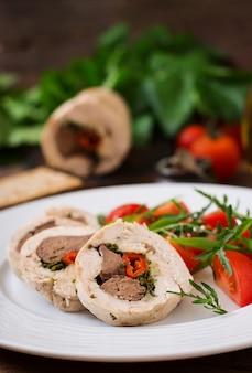 Dieet gebakken kiprolletjes gevulde lever, chili en kruiden met een salade van tomaten en rucola. dieetmenu. goede voeding.