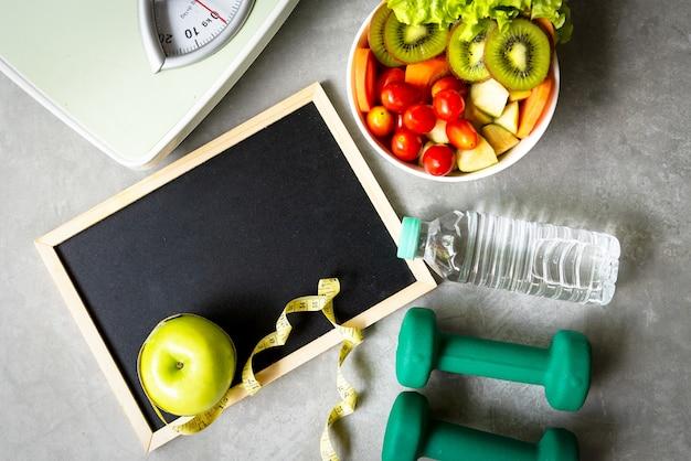 Dieet gezond voedsel en levensstijlgezondheidsconcept. sport fitnessapparatuur training en fitnessruimte