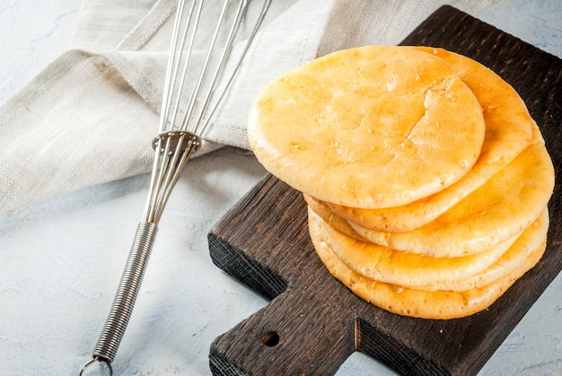 Dieet gezond voedsel. het concept van glutenvrije, niet-allergische snack met weinig gluten. zelfgemaakte vers gebakken tortilla's brood, van eieren en roomkaas. op lichte betonnen tafel kopie ruimte