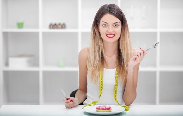 Dieet. ongezond eten junk food . meisje eet geen junkfood