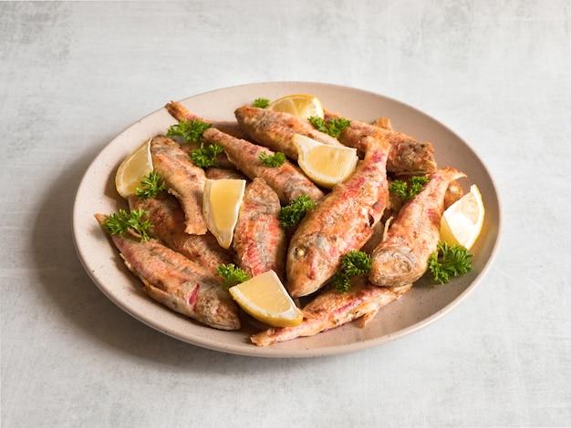 Dieet surmullet vis. gebakken vis in een bord