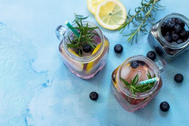 Dieet vitaminedrank of het concept van vegetarisch eten zelfgemaakte verfrissende drank met bosbessen