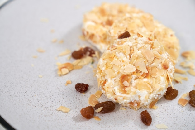Dieet zoete cheesecakes bestrooid met rozijnen