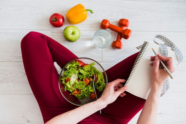 Dieetconcept met sportvrouw en gezond voedsel