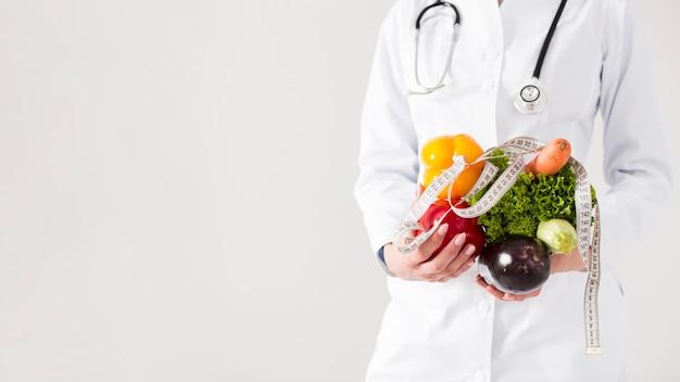 Dieetconcept met vrouwelijke wetenschapper en gezond voedsel