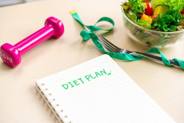 Dieetplan met zelfgemaakte gezonde salade thuis