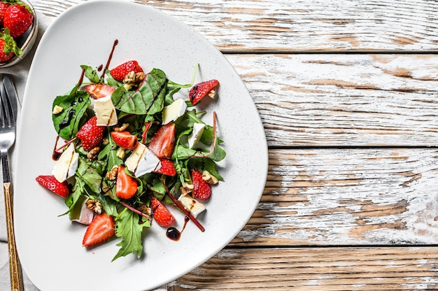 Dieetsalade met brie, aardbeien, noten, snijbiet en rucola