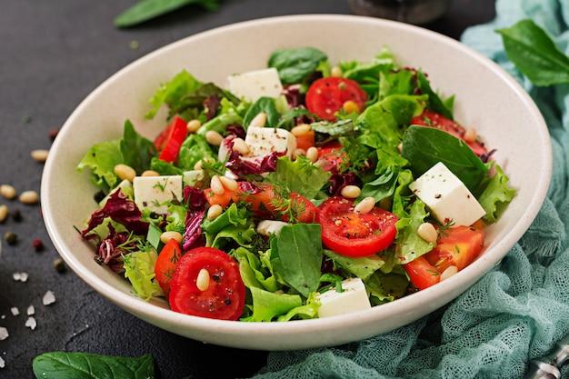 Dieetsalade met tomaten, feta, sla, spinazie en pijnboompitten.