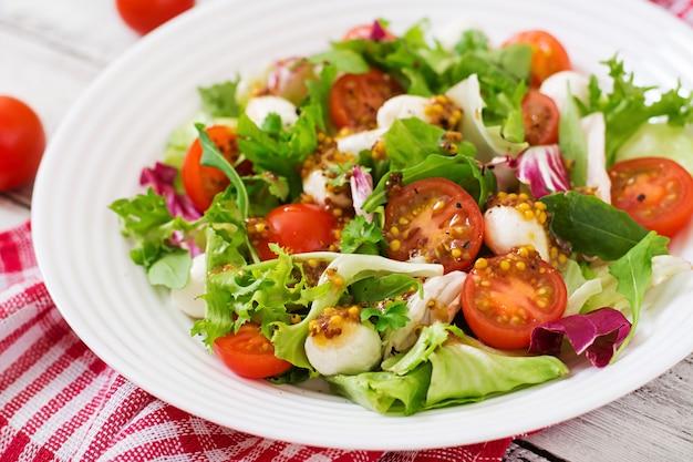 Dieetsalade met tomaten, mozzarella sla met honing-mosterddressing