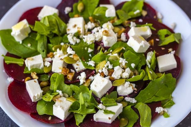 Dieetsalade van rode biet, rucola, feta-kaas, pompoenpitten met olijfolie