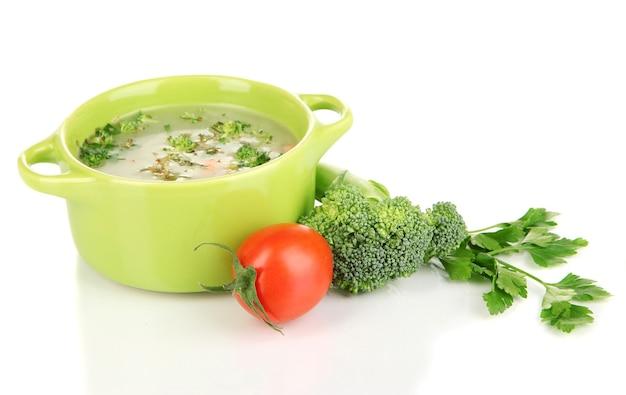 Dieetsoep met groenten in pan die op wit wordt geïsoleerd