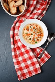 Dieetsoep met wortel, groenten en macaroni