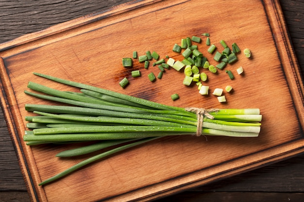 Dieetvoeding. bereiding van salade met groene ui.