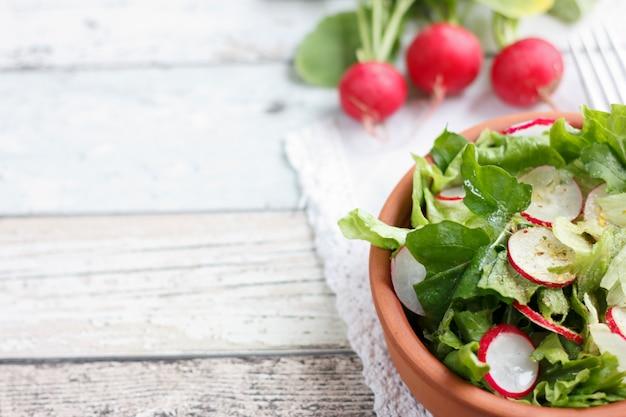 Dieetvoeding voor fitness. radijs, sla en rucola salade