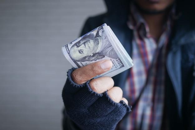 Dief in handschoenen dollars tellen close-up