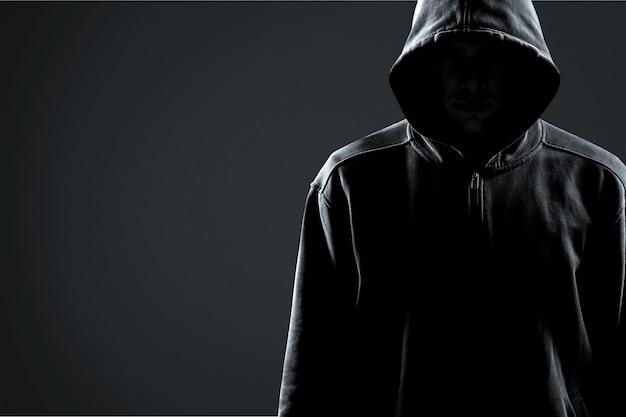 Dief in zwarte kleren op grijze achtergrond