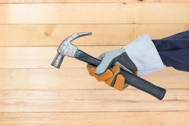 Dien de hamer van de handschoenholding in