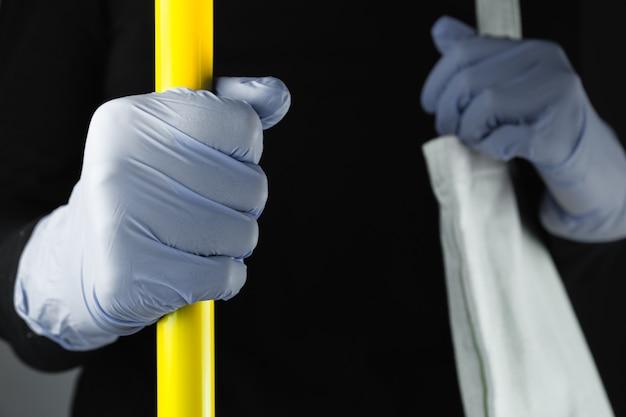 Dien het beschermende handschoen stuur in het openbaar vervoer in. concept van persoonlijke bescherming betekent tegen virus, edelstenen, covid-19 bewustzijnsconcept