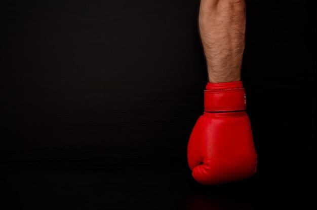 Dien rode bokshandschoen in het donker in