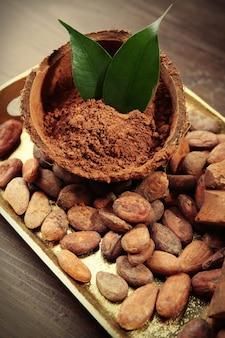 Dienblad met aromatische cacao-oogst, close-up