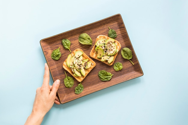 Dienblad met avocadotoost voor ontbijt