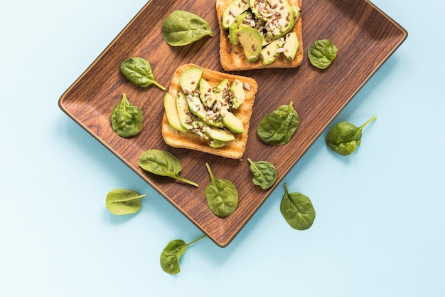 Dienblad met avocadotoost
