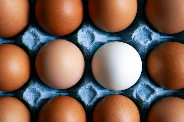 Dienblad met beige eieren en een wit ei