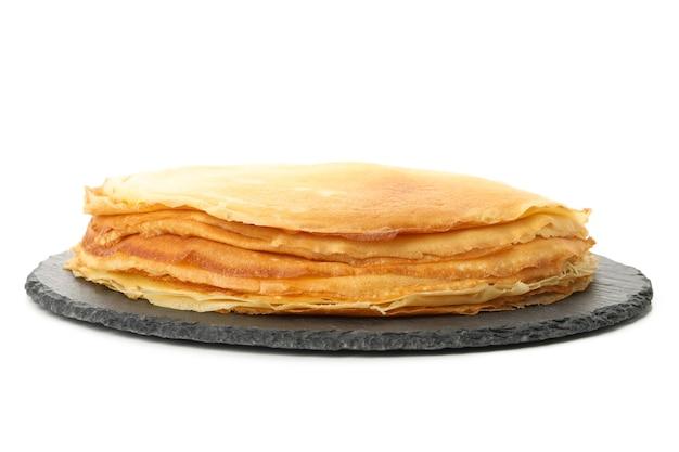 Dienblad met dunne pannenkoeken geïsoleerd op een witte achtergrond