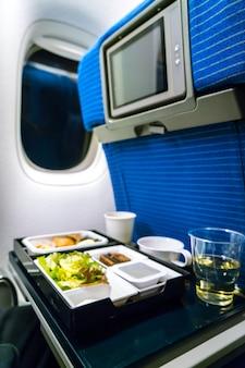 Dienblad met eten op het vliegtuig.