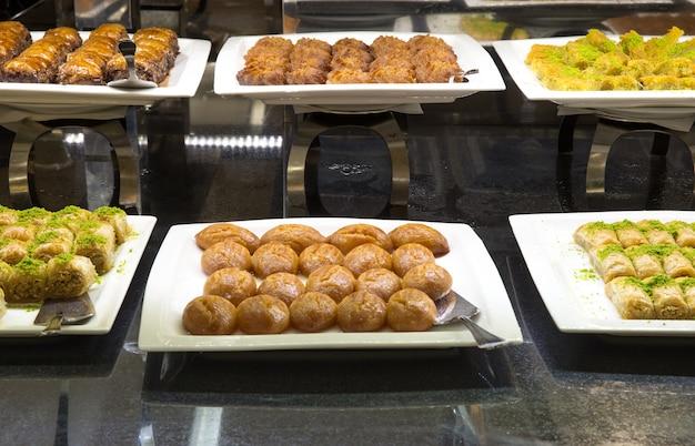 Dienblad met geassorteerd voedsel voor saladebuffet