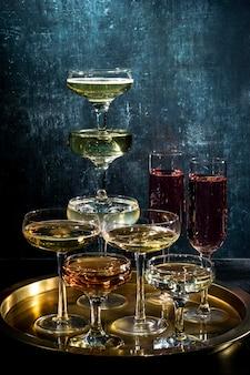 Dienblad met glazen met drankjes