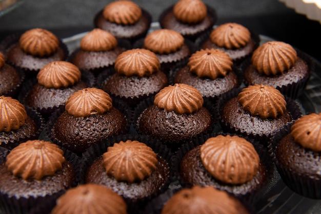 Dienblad met kleine chocoladetaartjes met versieringen