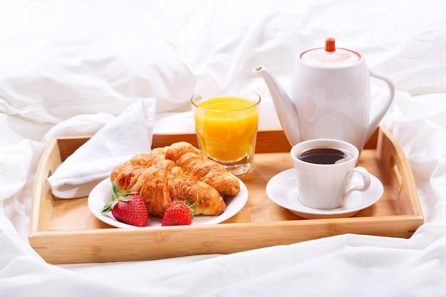 Dienblad met kopje koffie en croissants